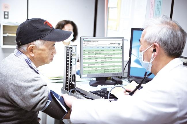 醫生透過雲端系統給病患看診的照片